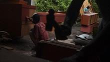 FOTO: Korban Corona Melonjak, Permintaan Peti Mati Meningkat