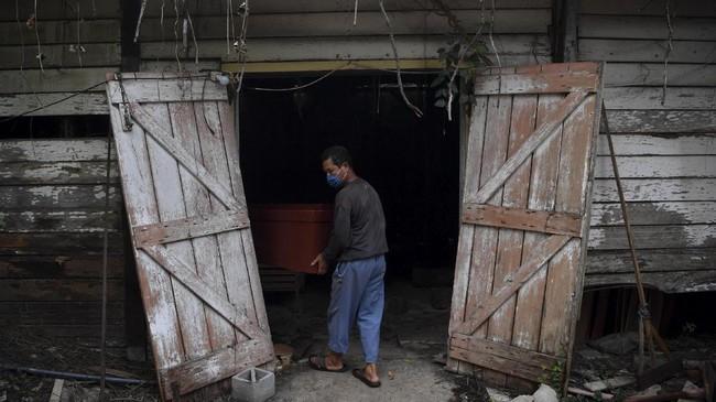 Perajin peti mati mengaku permintaan peti jenazah meningkat 50 persen hingga 100 persen selama pandemi corona.