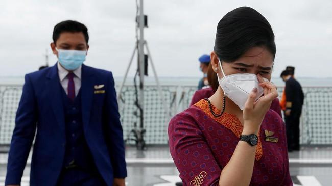 Perwakilan keluarga korban pesawat Sriwijaya Air SJ 182 yang jatuh di perairan Kepulauan Seribu, Jakarta Utara melangsungkan tabur bunga, Jumat (22/1).