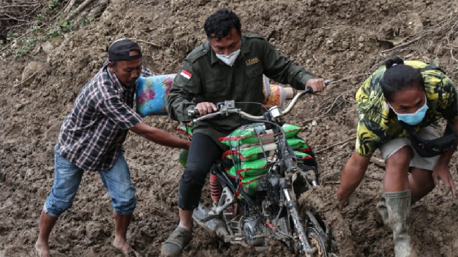 Tim CT ARSA Foundation berjuang menembus medan sulit di kawasan bencana gempa bumi Sulawesi Barat, yang dimulai sejak Jumat (15/1).