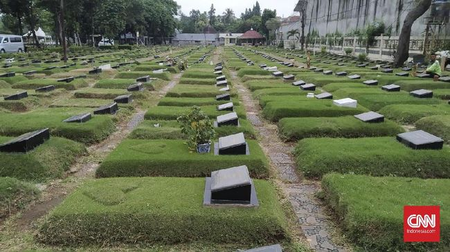 Masyarakat Jakarta tetap berziarah ke TPU pada hari pertama lebaran, meski beberapa hari sebelumnya Gubernur Anies menyatakan larangannya.