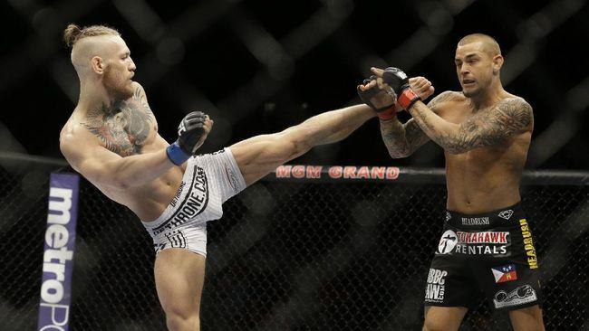 Dustin Poirier menang TKO ronde kedua atas Conor McGregor pada UFC 257 di Etihad Arena, Minggu (24/1).