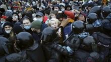 FOTO: Demo Tuntut Pembebasan Navalny Ricuh, 3.400 Ditangkap
