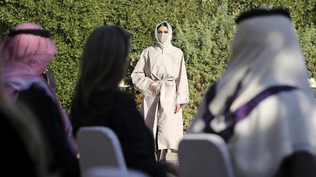 Putri Kerajaan Arab Saudi, Safia Hussain memamerkan abaya rancangannya di peragaan busana di Riyadh, Arab Saudi, Sabtu (23/1). Berikut gambarannya.