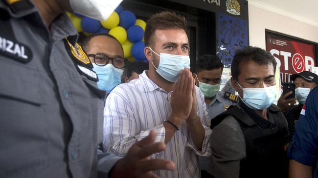 WN Rusia Sergei Konseka telah melakukan kegiatan-kegiatan usaha yang bertentangan dengan visa yang dia ajukan saat pertama kali datang ke Indonesia.