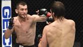 Conor McGregor harus menerima kenyataan kalah TKO di ronde kedua dari Dustin Poirier pada UFC 257 di Etihad Arena, Minggu (24/1).