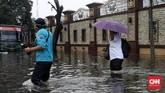 Jalanan di dekat Mabes Polri di Kawasan Blok M, Jakarta Selatan tergenang air. Sempat setinggi 50 cm sehingga mengganggu lalu lintas, air kemudian menyusut.