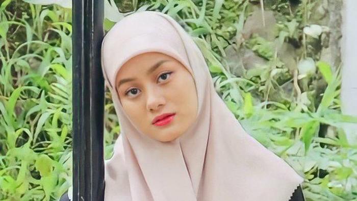 Dikira Siswi Pesantren, Gaya Hijab Dinda Hauw Jadi Sorotan