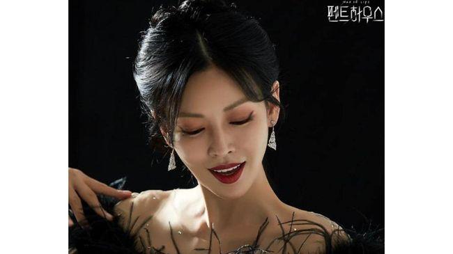 Sang ayah menjanjikan jabatan direktur dan penerus yayasan untuk Seo-jin. Berhasilkah ia mendapatkan posisi tersebut? Simak sinopsis The Penthouse episode 15.