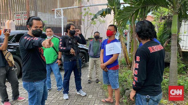 Polisi menangkap S, pegawai SPBU yang diduga terlibat perampokan uang perusahaannya senilai Rp561 juta.