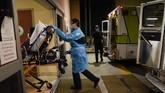 Dua petugas ambulans darurat, Thomas Hoang dan Joshua Hammond secara sigap membantu pasien yang dinyatakan terinfeksi corona untuk dapat perawatan.