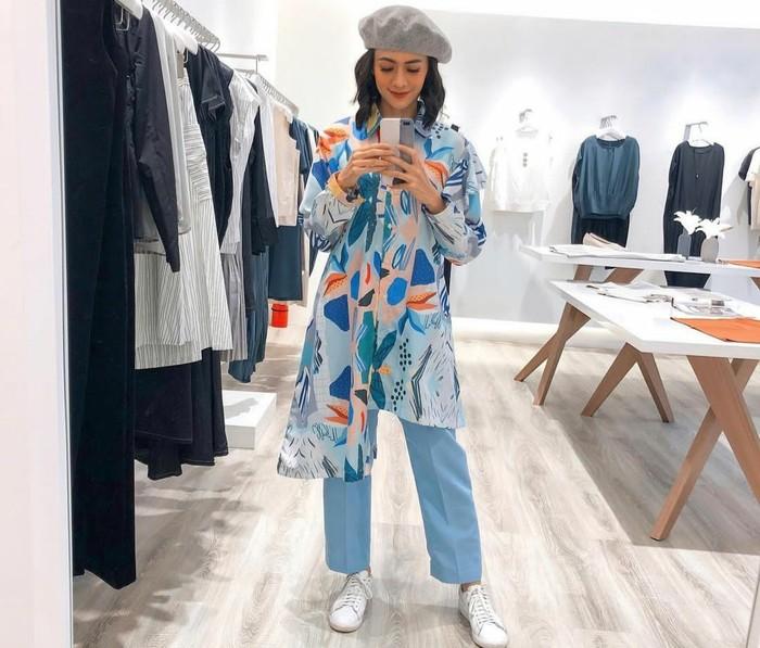 "Selain punya clothing brand sendiri, rupanya Agla juga dipercaya untuk memandu program lifestyle dan fashion bertajuk ""iLook"" yang tayang di NET TV. Di sela-sela syuting, perempuan berusia 34 tahun ini nampak ber-OOTD menggunakan asymmetric printed shirt yang dikombinasikan dengan trouser warna baby blue. Lalu, sebagai aksesori ia menambahkan beret hat abu-abu dan sneakers putih. Simpel tanpa terkesan monoton. (Foto: Instagram.com/aglaartalidia)"