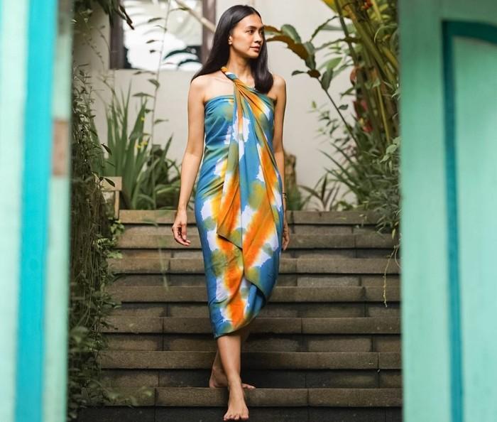 Masih dalam suasana liburan, kali ini Agla menghabiskan waktu bersama teman-temannya di Plataran Borobudur Resort & Spa. Kamu bisa contek gaya Agla yang satu ini! Dirinya memanfaatkan kain tie dye dari brand asal Bali, N.WYN Soul Goods, yang dililit menjadi dress saat ia hendak menuju kolam renang. Baginya, membawa kain saat liburan bisa jadi hacks kalau kamu kekurangan baju. Kamu bisa mengkreasikan kain yang versatile menjadi dress, celana maupun rok. (Foto: Instagram.com/aglaartalidia)