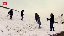 VIDEO: Tanpa Masker Warga Inggris Main Salju Di Saat Lockdown