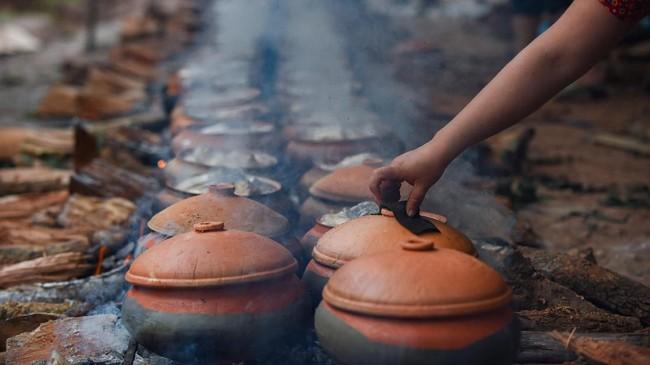 Sajian ikan mas untuk dimasak di pot tanah liat (claypot) mulai dibuat  menjelang Tahun Baru Imlek yang akan berlangsung pada 12 Februari mendatang