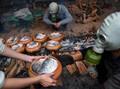 FOTO: Menengok Pembuatan Claypot Ikan Vietnam Jelang Imlek