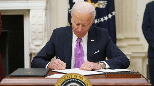 Dua senator di Amerika Serikat menyurati Joe Biden agar segera menetapkan tanggal kapan negara mulai melarang penjualan mobil berbahan bakar fosil.