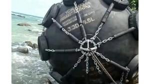 Warga Bintan Temukan Bola Hitam Misterius di Tepi Pantai