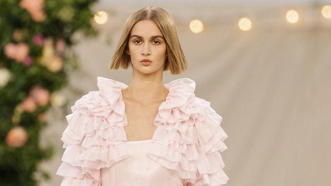 Di hari kedua gelaran Paris couture week yang diadakan secara digital, rumah mode haute couture Chanel menampilkan karya Virginie Viard.