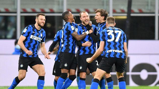 Inter Milan kini punya posisi menguntungkan dalam perburuan gelar Liga Italia musim ini dengan keunggulan empat poin atas AC Milan.