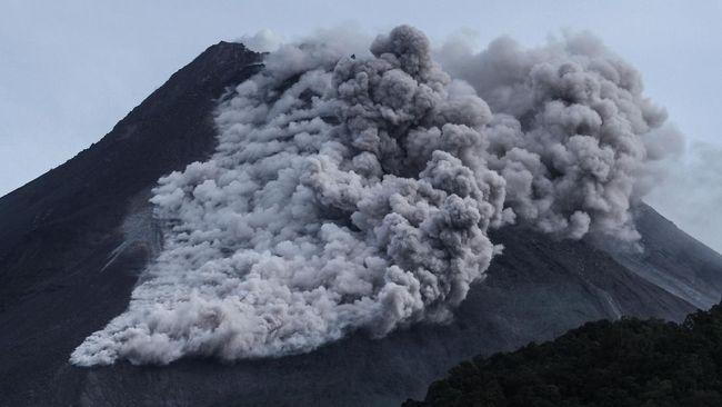 Warga dusung Kalitengah Lor dan Kalitengah Kidul, Sleman, Yogyakarta panik ketika melihat awan panas yang besar keluar dari Gunung Merapi.
