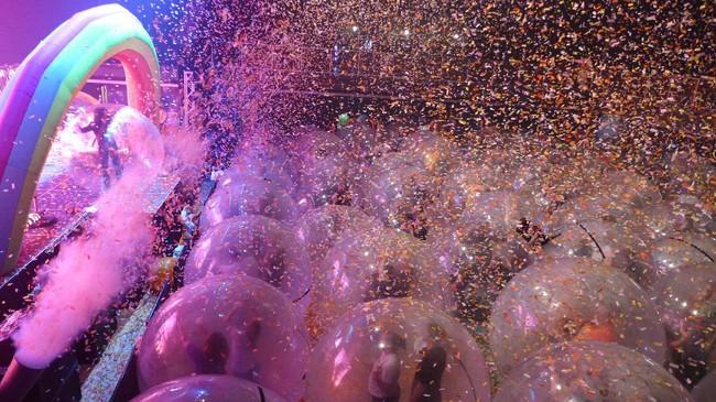 Setelah tampil virtual dengan dalam gelembung raksasa, The Flaming Lips akhirnya mewujudkan konser dengan balutan balon besar sebagai siasat di tengah pandemi.