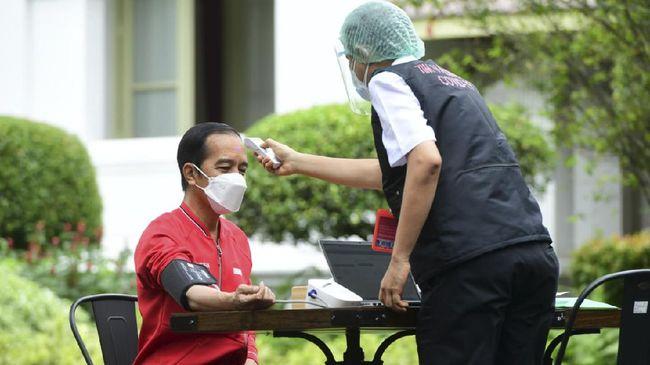 Kemenkes memastikan untuk saat ini booster vaksin covid-19 hanya diberikan kepada jajaran tenaga kesehatan. Presiden Jokowi dijadwalkan 2022.