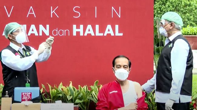Presiden Jokowi menyebut vaksinasi Covid-19 bagi masyarakat akan digelar pada pertengahan Februari.