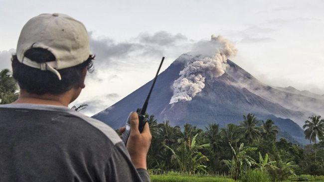 Gunung Merapi yang memuntahkan 22 kali awan panas sepanjang hari ini masih berstatus siaga alias level III.