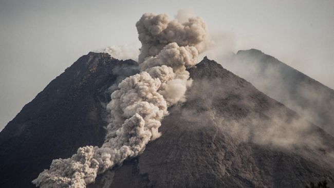 Gunung Merapi erupsi hari ini Rabu (27/1). Netizen saling kirim doa dan dukungan di media sosial Twitter.