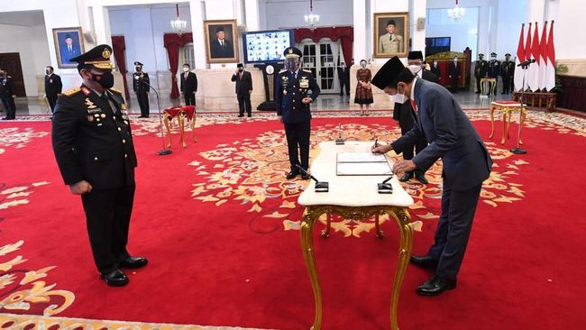 Kapolri menceritakan niat institusinya ke Jokowi untuk menarik 56 pegawai gagal TWK ke Polri lewat surat tertulis. Surat itu lalu dijawab 27 September lalu.