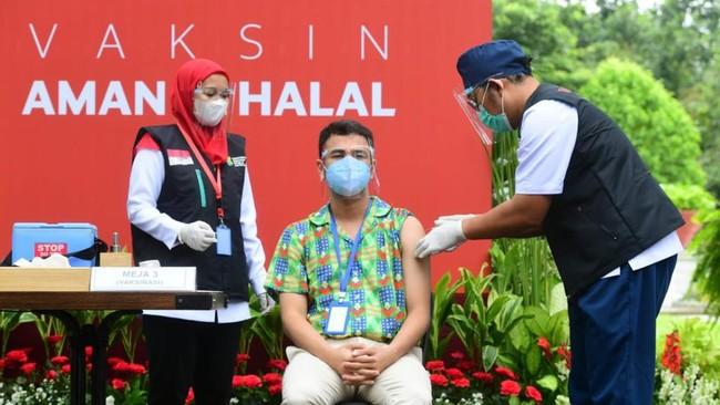 Presiden Jokowi bersama sejumlah tokoh dan pejabat melaksanakan vaksinasi tahap ke-2 vaksin Sinovac di Istana Kepresidenan, Jakarta, Rabu (27/1).