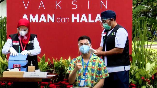 Raffi Ahmad mengunggah foto bersama Presiden Joko Widodo usai keduanya menerima vaksin dosis kedua di Istana pada Rabu (27/1).