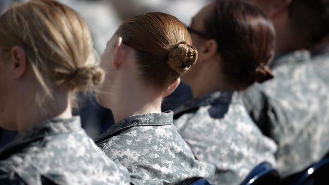 Pentagon mengumumkan bahwa tentara wanita AS diperbolehkan memanjangkan rambut, mewarnai kuku, memakai lipstik, dan anting.