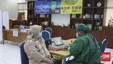Vaksinasi Covid dosis kedua bagi nakes telah dilakukan di sejumlah daerah, termasuk di Jakarta, dua di antaranya di Puskesmas Setiabudi dan Puskesmas Menteng.