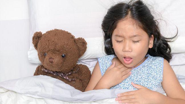 Batuk menerus di malam hari bisa mengganggu waktu istirahat anak. Kenali penyebab batuk di malam hari pada anak.