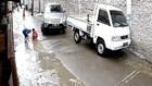 VIDEO: Asik Main Sama Kawan, Bocah 5 tahun Terlindas Mobil