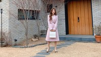 <p>Nah kalau yang ini gaya Moon Ga Young ketika syuting salah satu drama Korea, Bunda. Di sini, Moon Ga Young terlihat anggun dan dewasa dengan <em>dress</em>. (Foto: Instagram@yeohajin___)</p>