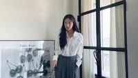 <p>Bagi Bunda yang sedang mencari inspirasi pakaian ke kantor, bisa tiru gaya busana Moon Ga Young yang satu ini. Artis berusia 24 tahun tersebut memadukan atasan kemeja putih dengan celana abu-abu. (Foto: Instagram@m_kayoung)</p>