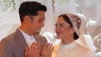 <p>Momen ketika keduanya resmi menjadi suami istri dan memamerkan cincin kawin. Kita doakan semoga pernikahannya langgeng ya, Bunda. (Foto: Instagram @ririnibnu_rindu)</p>