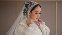 <p>Ririn Ekawati tampil cantik mengenakan gaun vintage, klasik dari Hian Tjen. (Foto: Instagram @hiantjen)</p>