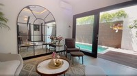 <p>Living room rumah Raisa dan Hamish yang ditata sangat apik ini memiliki pemandangan langsung menghadap kolam renang. (Foto: Instagram @hamishdw)</p>