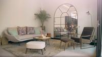 <p>Living room tersebutjuga dilengkapi cermin besar serta <em>armchair</em>. (Foto: Instagram @hamishdw)</p>