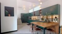<p>Nah untuk dapur, Raisa dan Hamishmemadukanlima warna, yakni hijau, warna kayu alami, marmer, hitam, dan warna emas. Semuanya tampak menyatu dan menciptakan interior yang dinamis dan hangat. (Foto: Instagram @hamishdw)</p>