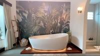 <p>Bak hotel, kamar mandi Raisa dan Hamish dilengkapi dengan bathtub dan toilet berteknologi canggih. (Foto: Instagram @hamishdw)</p>