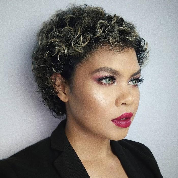 Pakai lipstik warna ungu? Kenapa tidak? Liv Junkie membuktikan apa pun warna kulitmu, kamu bisa pakai makeup warna apa saja. Yang terpenting adalah percaya diri, maka kamu akan merasa nyaman tampil dengan look dan gaya apa pun.(Foto: Instagram.com/lifnisanders)