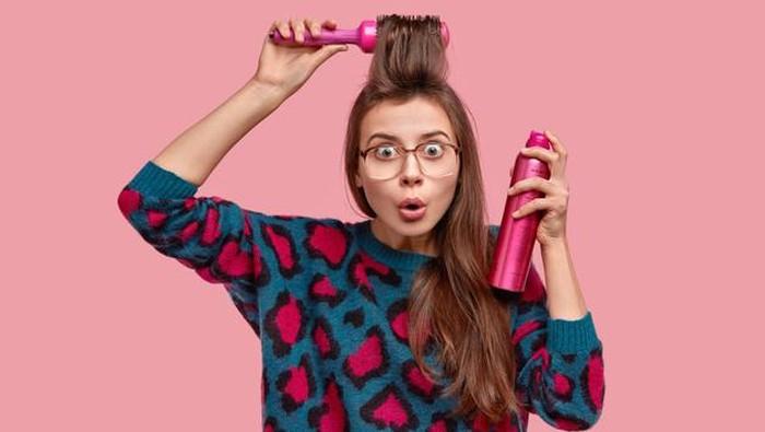 5 Trik Mudah Membersihkan Sisa Hairspray yang Membandel