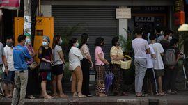 Warga Myanmar Ramai-ramai Tarik Uang dari Bank Milik Militer