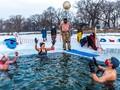 FOTO: Memulai Hari dengan Berendam di Danau Es