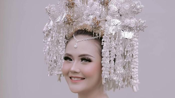 Usung Adat Minang, Sarah Gibson Pakai Suntiang Hari Pernikahan